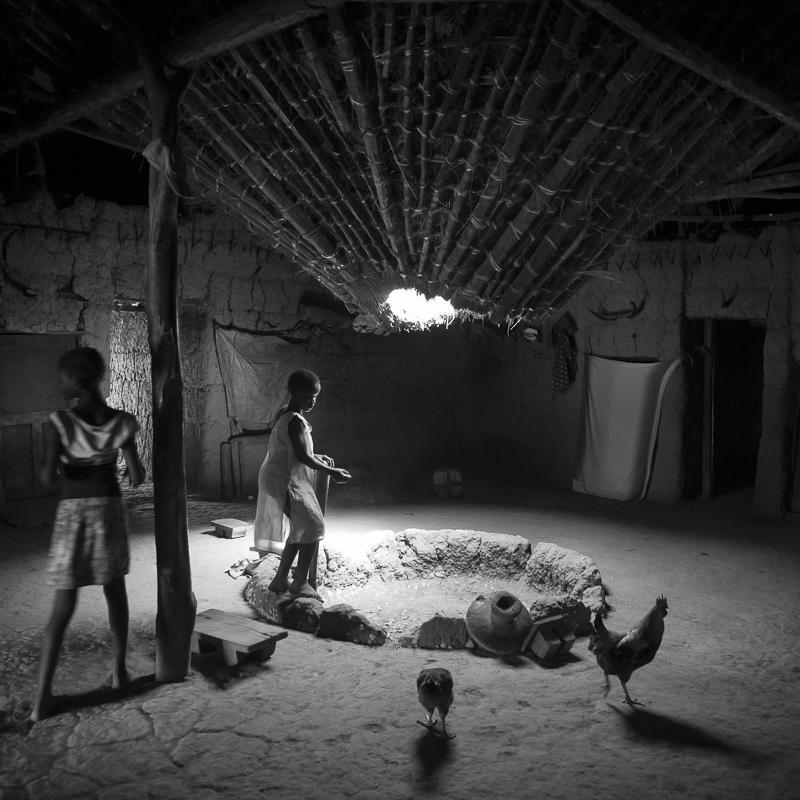 Intérieur d'une case à impluvium, Bandial, Casamance