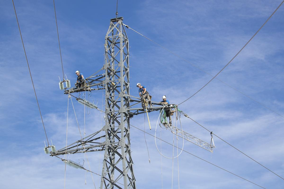 Reportage assemblage des pylônes à Labarthe Inard  - Client : Omexom